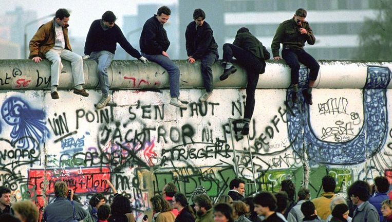 U2 treedt op om de openstelling van de grens Oost-en West-Duitsland te herdenken, maar rondom het concert worden hoge muren geplaatst. Archieffoto ANP Beeld