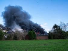 Loods verwoest door flinke brand bij voormalige boerderij in Oss