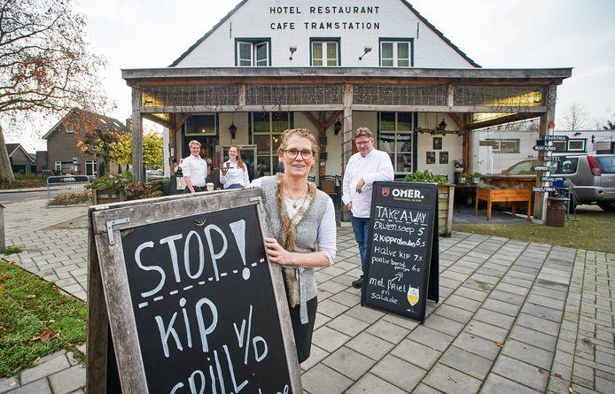 Gerard  en Petra Harks  (vooraan) van Hotel Restaurant Tramstation in Erp, één van de deelnemende restaurants.