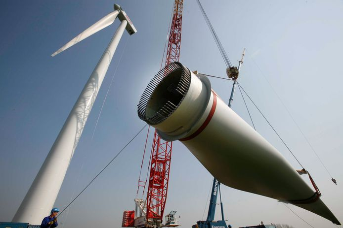 Windmolen wordt opgebouwd