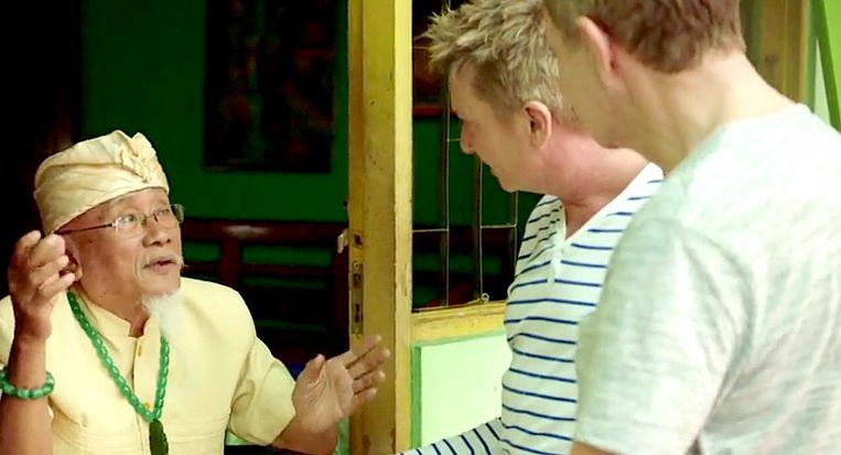 Luc Appermont en Bart Kaëll bezoeken de goeroe 'Henkie' tijdens hun huwelijksreis in Indonesië