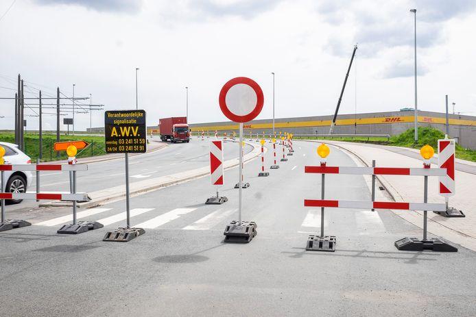 De Straatsburgbrug. Onder het rechtergedeelte, richting Kinepolis en Merksem,  zit een gevaarlijke wegverzakking.