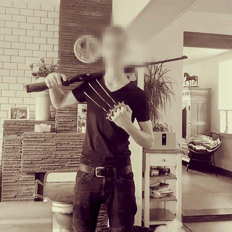 Op Facebook poseert de schutter met wapens.