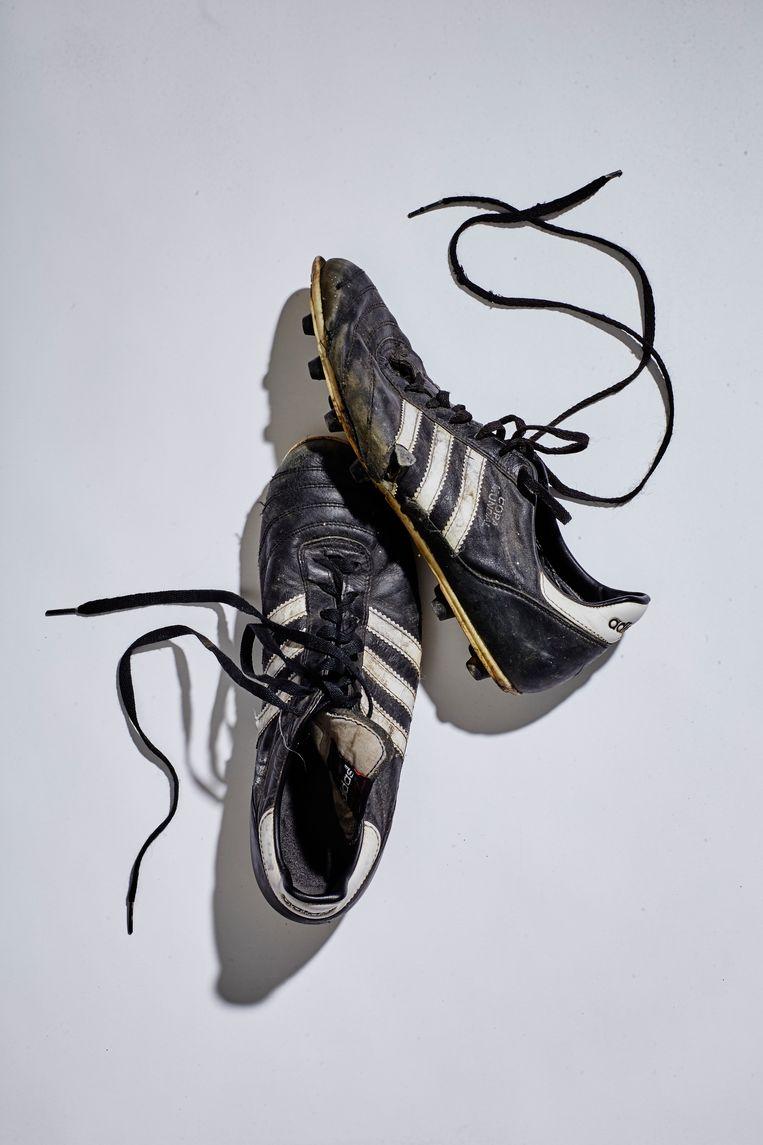 De schoenen van bijna-voetballegende Lander Deweer. Beeld Sigfrid Eggers