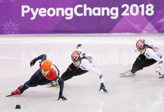 Suzanne Schulting, Shim Suk-hee en Choi Min-jeong tijdens de halve finale van de 1000 meter.