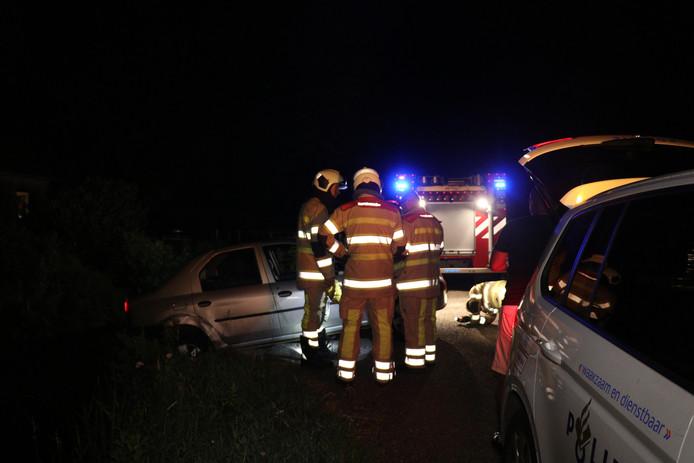 Brandweer bij het voertuig aan de Nedereindsevaart in Tienhoven