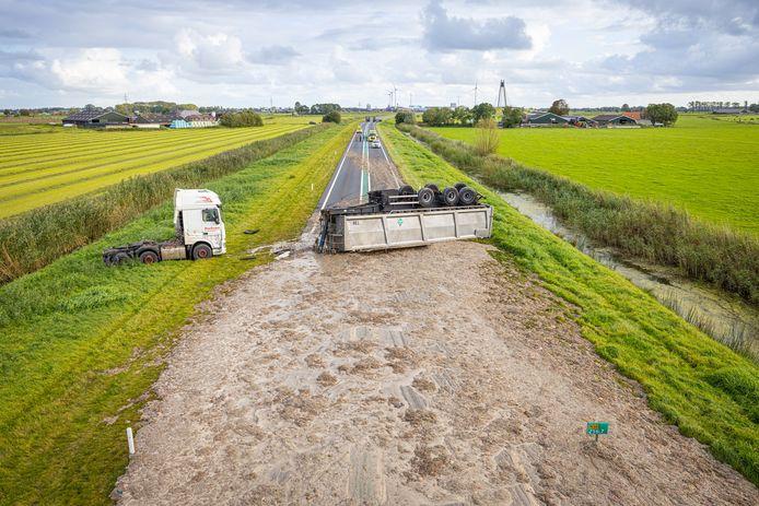 Op de N50 is maandagmiddag een vrachtwagen gekanteld. Het wegdek raakte hierbij bedolven onder een grote hoeveelheid slachtafval die de vrachtwagen vervoerde.