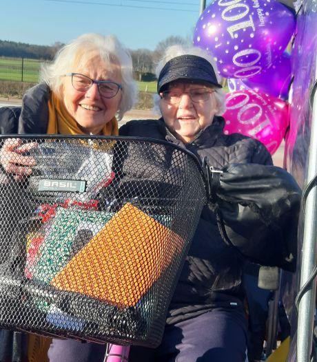 Honderdjarige Jo uit Holten fietst op haar verjaardag zelf langs familie en kennissen: 'Wat kan e nog trapn!'