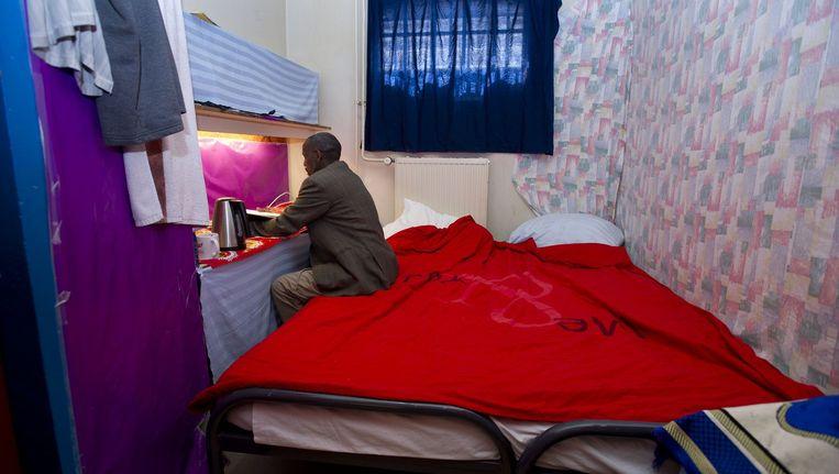 De ruim 100 uitgeprocedeerde asielzoekers hebben vandaag vrijwillig de zogenoemde Vluchthaven in Amsterdam verlaten. Ze zijn hier ruim een half jaar geleden opgevangen. Volgens een woordvoerster van Wij zijn hier wil de groep weg zijn voordat de politie de voormalige gevangenis in de Havenstraat donderdag komt ontruimen. Een alternatieve opvangplek hebben de mensen niet. Beeld anp