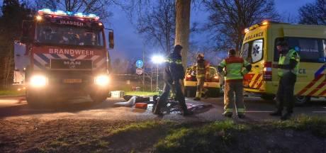 Man (20) uit Rheden overleden na eenzijdig ongeluk in Vaassen, bijrijder raakt zwaargewond