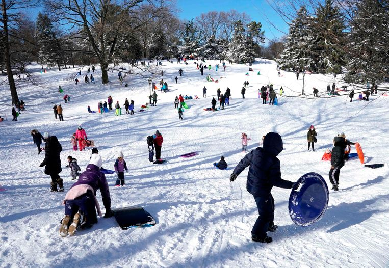'Kaiserwetter' in New York. Nadat sneeuwstorm Gail een fikse witte laag over de Amerikaanse oostkust had uitgestrooid, klaarde het op en nam de zon de regie over. Dat betekende sleeën en meer sneeuwpret op Pilgrim Hill in Central Park.  Beeld AFP