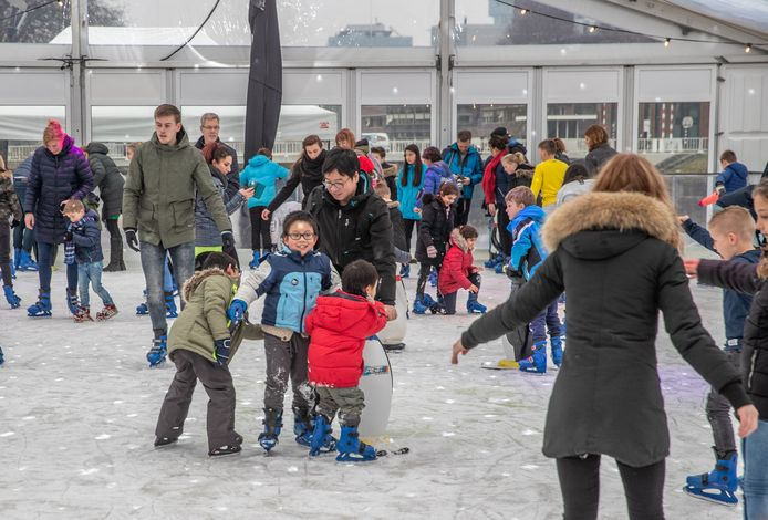 Grote drukte op de schaatsbaan op het Rodetorenplein. De organisatie wil de baan uitbreiden en er een jaarlijkse traditie van maken.