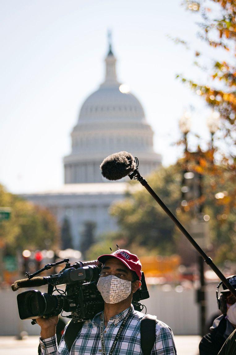 Een cameraman van Fox News voor het Capitool in de Amerikaanse hoofdstad Washington. Beeld Getty Images