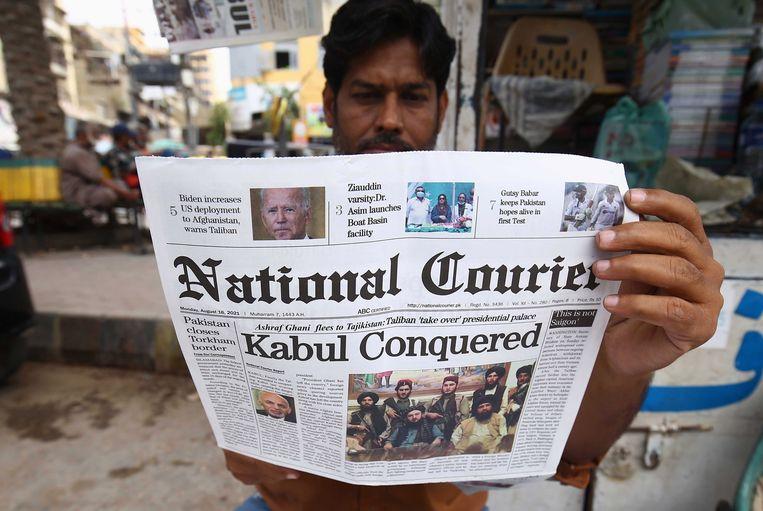 Ook in buurland Pakistan staat de bliksemsnelle verovering van de Afghaanse hoofdstad Kabul door de Taliban op de voorpagina van de krant.  Beeld EPA