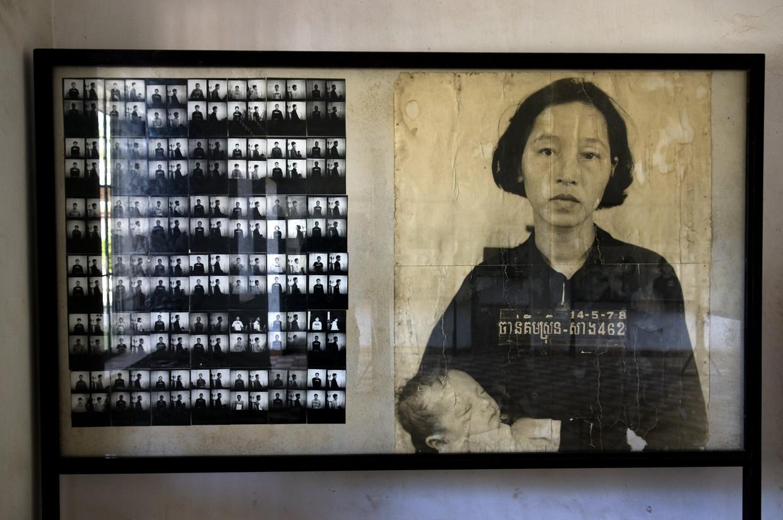 In het Tuol Sleng Genocide Museum in Phnom Penh zijn foto's te zien van slachtoffers van het Rode Khmer-regime.  Beeld Getty