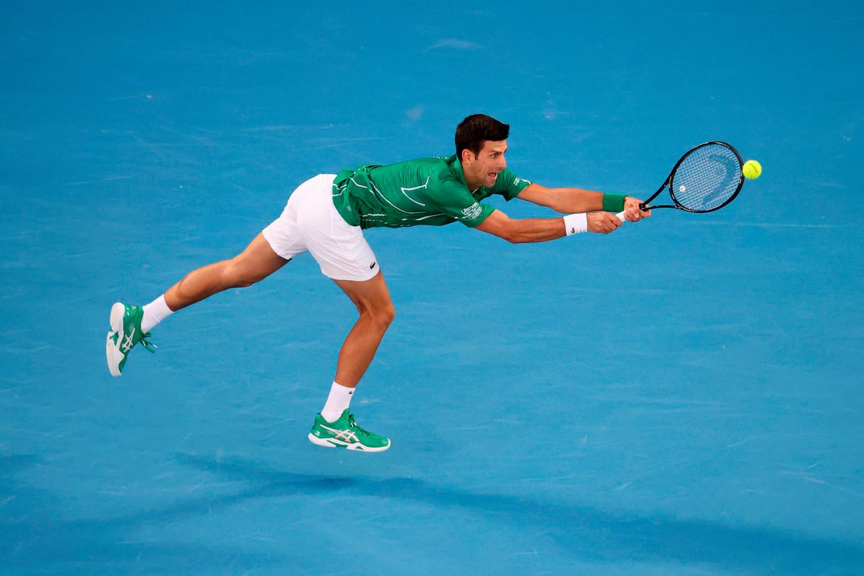 Novak Djokovic retourneert een opslag van Dominic Thiem in de finale. Beeld AFP