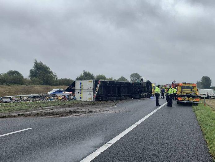 De gekantelde vrachtwagen heeft een deel van zijn lading verloren.