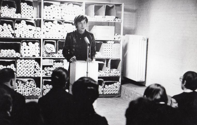 Kunstenaar Carel Blotkamp opent een expositie van Peter Struycken, bij Verfindustrie Jac Eyck, het bedrijf van Zsa-Zsa Eycks vader, Heerlen, 1970. Beeld