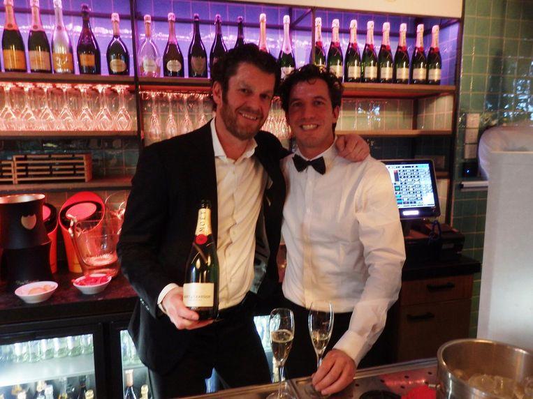 Juriaan Tholenaar, sales director bij Moët Hennessy, te herkennen aan de fles, en Olaf Terhaar, bedrijfsleider bij The Breakfast Club Beeld Schuim
