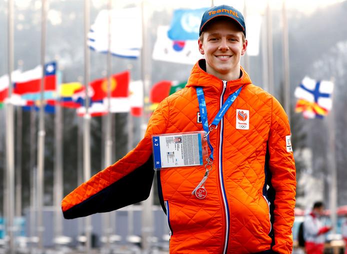 Niek van der Velden (17) met zijn arm in een mitella onder zijn oranje vest. Morgen vliegt hij terug naar Nederland.
