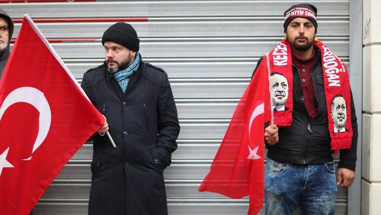 Aanhangers van de Turkse president Erdogan voor het Nederlandse consulaat in Istanbul. Beeld EPA