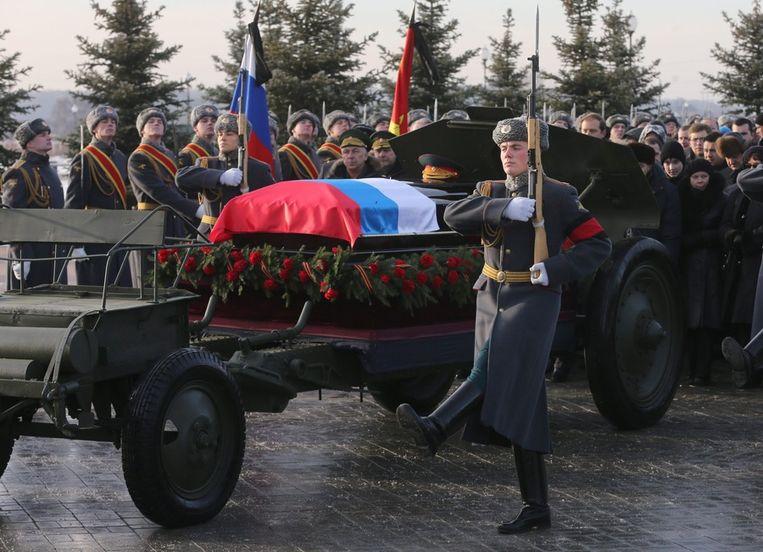 Op de kist van Kalasjnikov ligt een Russische vlag gedrapeerd. De kist ligt op een voertuit waarmee normaliter wapens worden vervoerd. Beeld epa