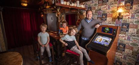 Thuiscafeetje in Oldenzaal: 'Vlak voordat mijn opa overleed, kreeg ik zijn oude spelerscontract'