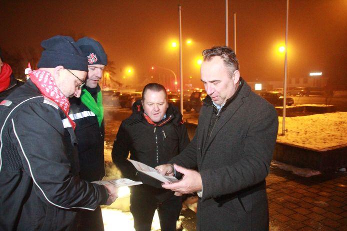 Burgemeester Francis Benoit (Kuurne) krijgt een pamflet van de actievoerders.