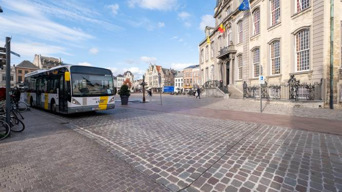 Half jaar na heraanleg vertoont rijweg Grote Markt alweer mankementen, stad stelt aannemer in gebreke