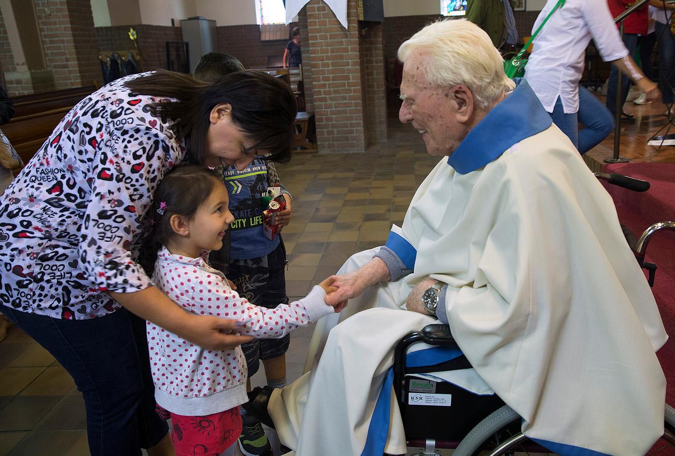 Pastoor Rinke de Vreeze tijdens de jubileumdienst voor zijn 70-jarig priesterschap. Hij is dinsdag overleden.