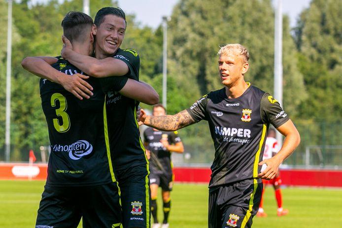 Jay Idzes (m) viert het doelpunt van Sam Beukema (3). Luuk Brouwers heeft ook wel zin in een geluksmomentje.