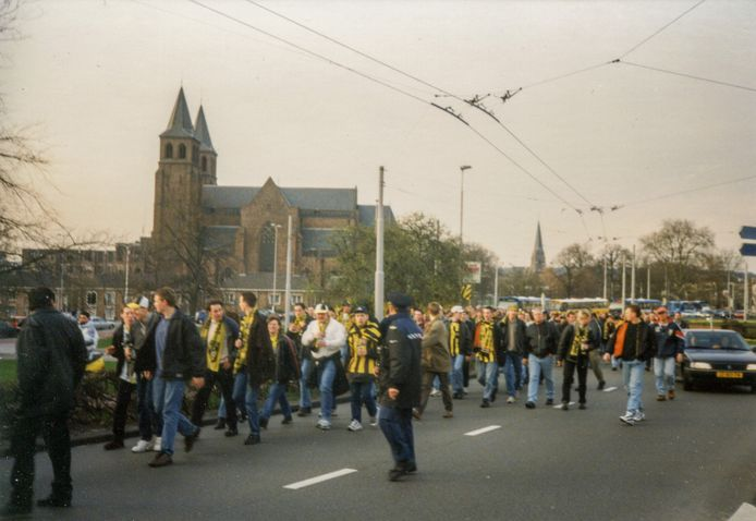 Vitesse-supporters op het Airborneplein in Arnhem tijdens de tocht die ze in maart 1998 liepen van Nieuw-Monnikenhuize naar het nieuwe stadion GelreDome.