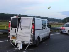 VIDEO: Busje met vijf man botst tegen vangrail en caravan op A2 bij Empel, traumaheli landt op wegdek