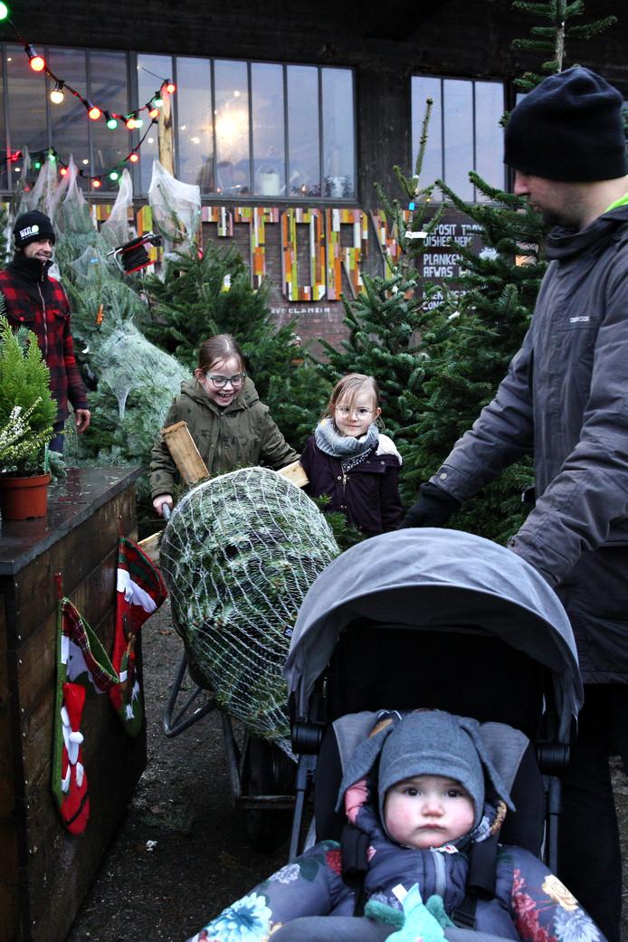 Corstian van Buren (rode jas) en Jordy Waard maken zich op voor een druk weekeinde met hun kerstboomverkoop pal naast de Fenix Food Factory.