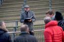 Regisseur Jos Brummelhuis geeft spelers aanwijzingen tijdens de eerste grote repetitie in het openluchttheater.
