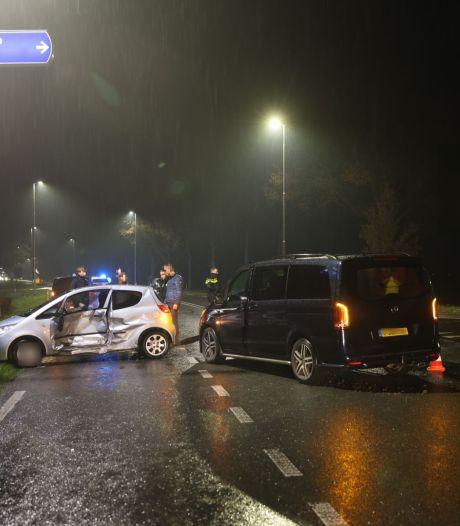 Automobilist keert midden op kruising en ziet busje over het hoofd, één gewonde naar het ziekenhuis