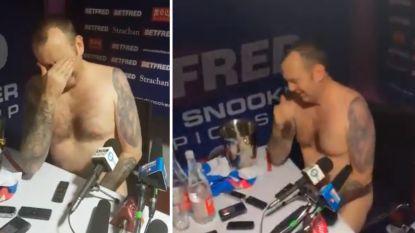 """Kersverse wereldkampioen snooker doet persconferentie... poedelnaakt: """"Als ik volgend jaar weer win, doe ik hier naakt een radslag!"""""""