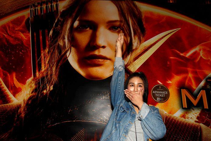 Het symbool uit The Hunger Games, waarbij men drie vingers in de lucht steekt.