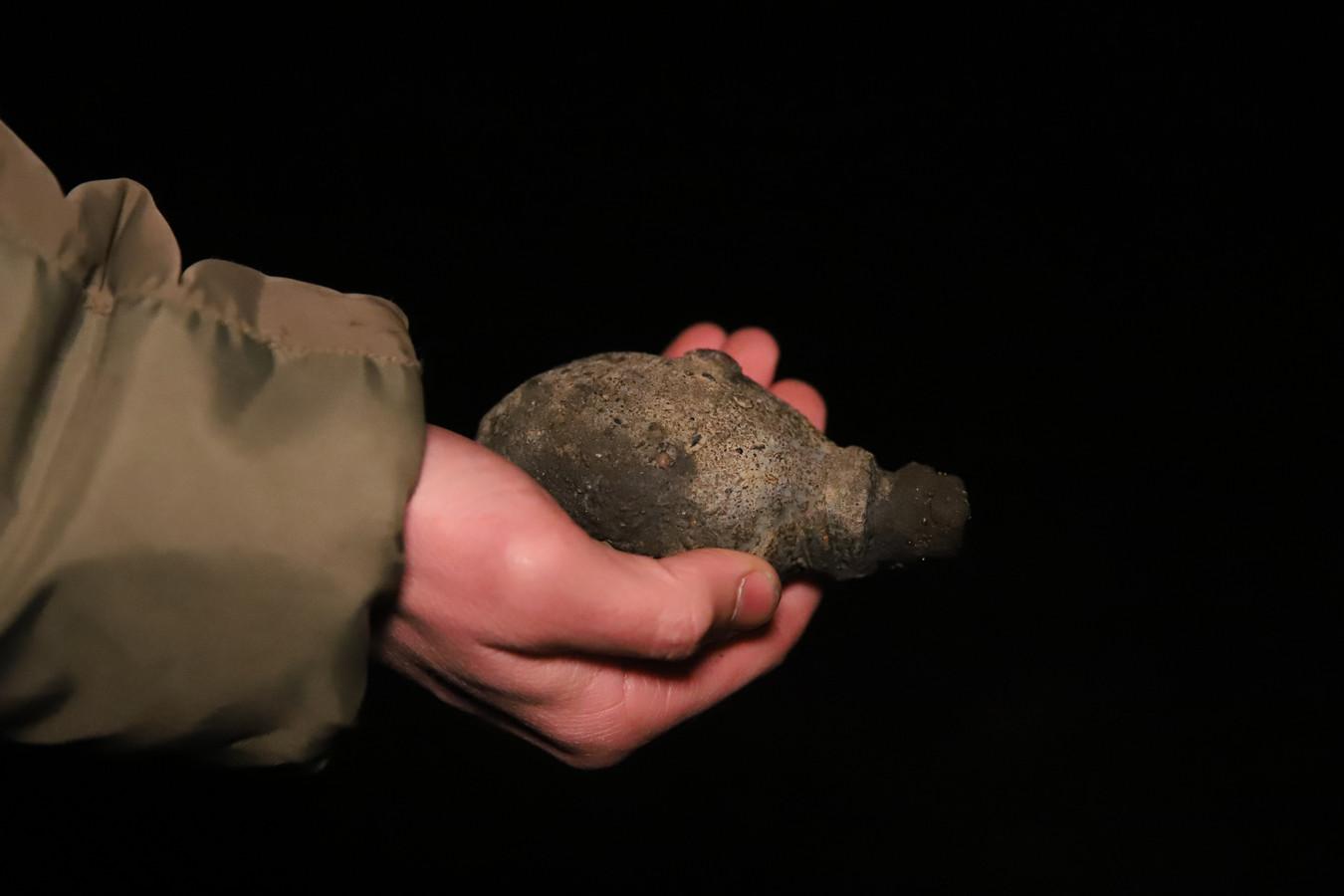 Volgens calamiteitensite District8 gaat het om een granaat uit de Tweede Wereldoorlog