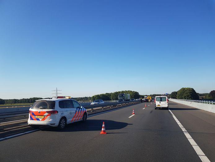 Eén rijstrook van de snelweg is afgesloten.