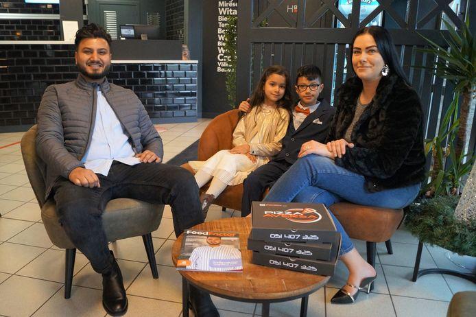 Jaspreet Singh van Pizza Aversa met zijn gezin in het restaurant in Wingene