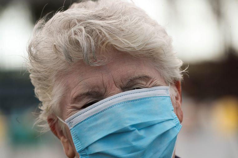 Hoewel de algemene teneur onder experts nog steeds is dat het dragen van mondmaskers geen enkele zin heeft, willen toch heel wat mensen een exemplaar aanschaffen.  Beeld REUTERS