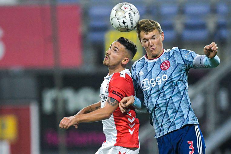 Donis Avdijaj van FC Emmen en Perr Schuurs van Ajax in een kopduel. Beeld BSR Agency