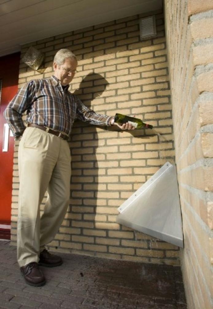 Jan Termaat: 'De spetterplaten werken prima, want niemand wil natte voeten.' Foto TOM VAN DIJKE