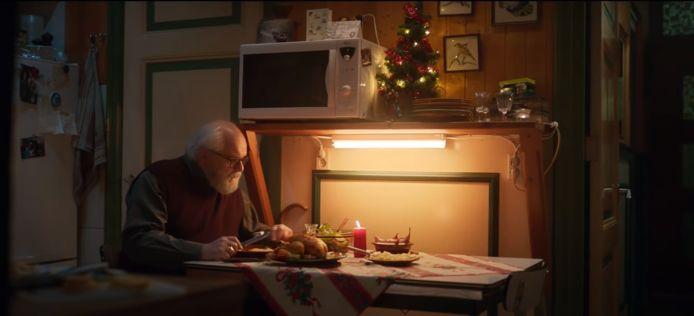 Videostill van kerstcommercial met Plus-supermarkt met Guus Dam.