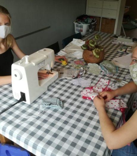 Deze vriendinnen naaien mondkapjes voor in het OV: 'Ze heten babbelkapjes, want we babbelen de hele dag'