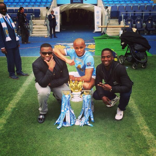 Rodyse Munienge (links) van Vincent Kompany, toen die in 2014 met Manchester City de Premier League won.