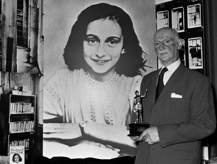 Otto Frank voor een foto van zijn dochter.