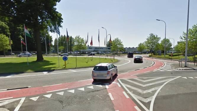 Fietser (20) gewond na aanrijding op rotonde aan Europaplein