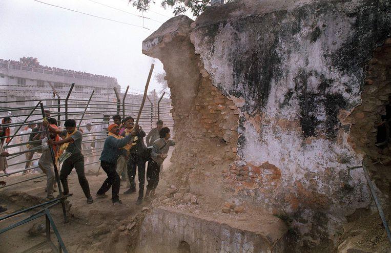 Extremistische hindoes vallen in 1992 de Babrimoskee in de stad Ayodhya aan. Beeld AFP